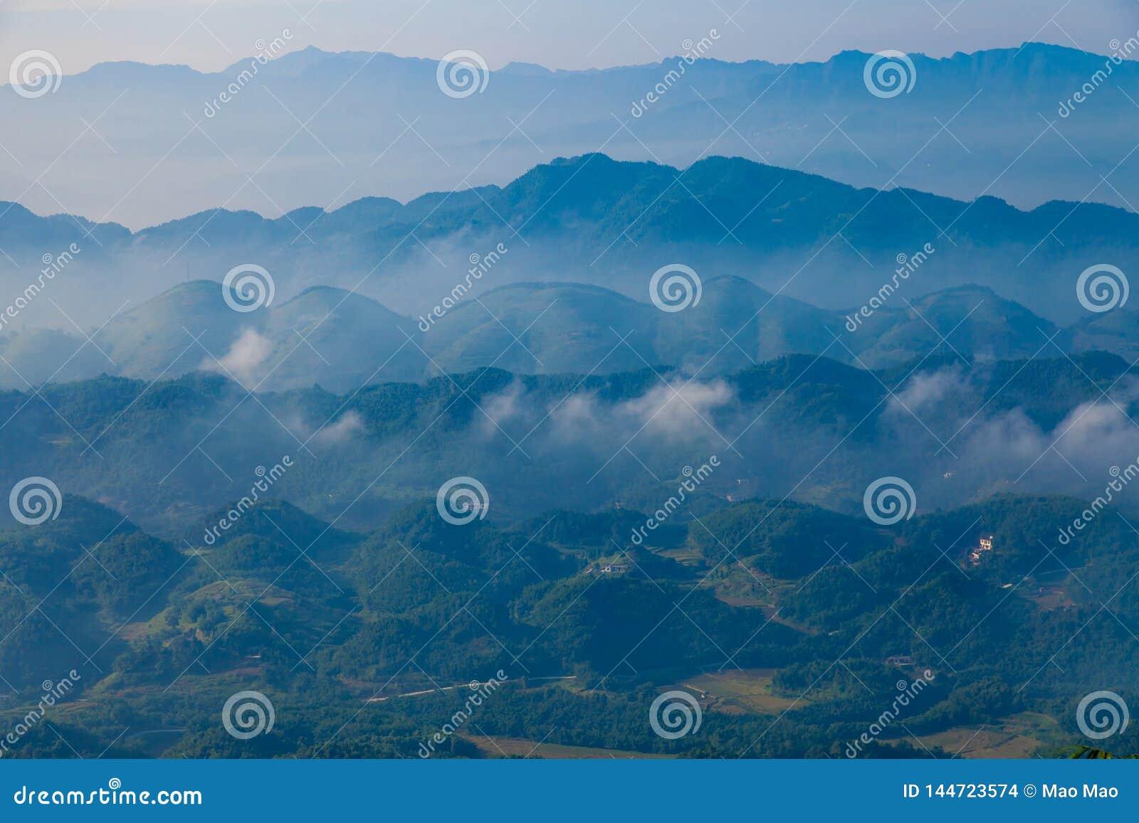 F?rdunkla och f?rdunkla bergdallandskapet, porslin