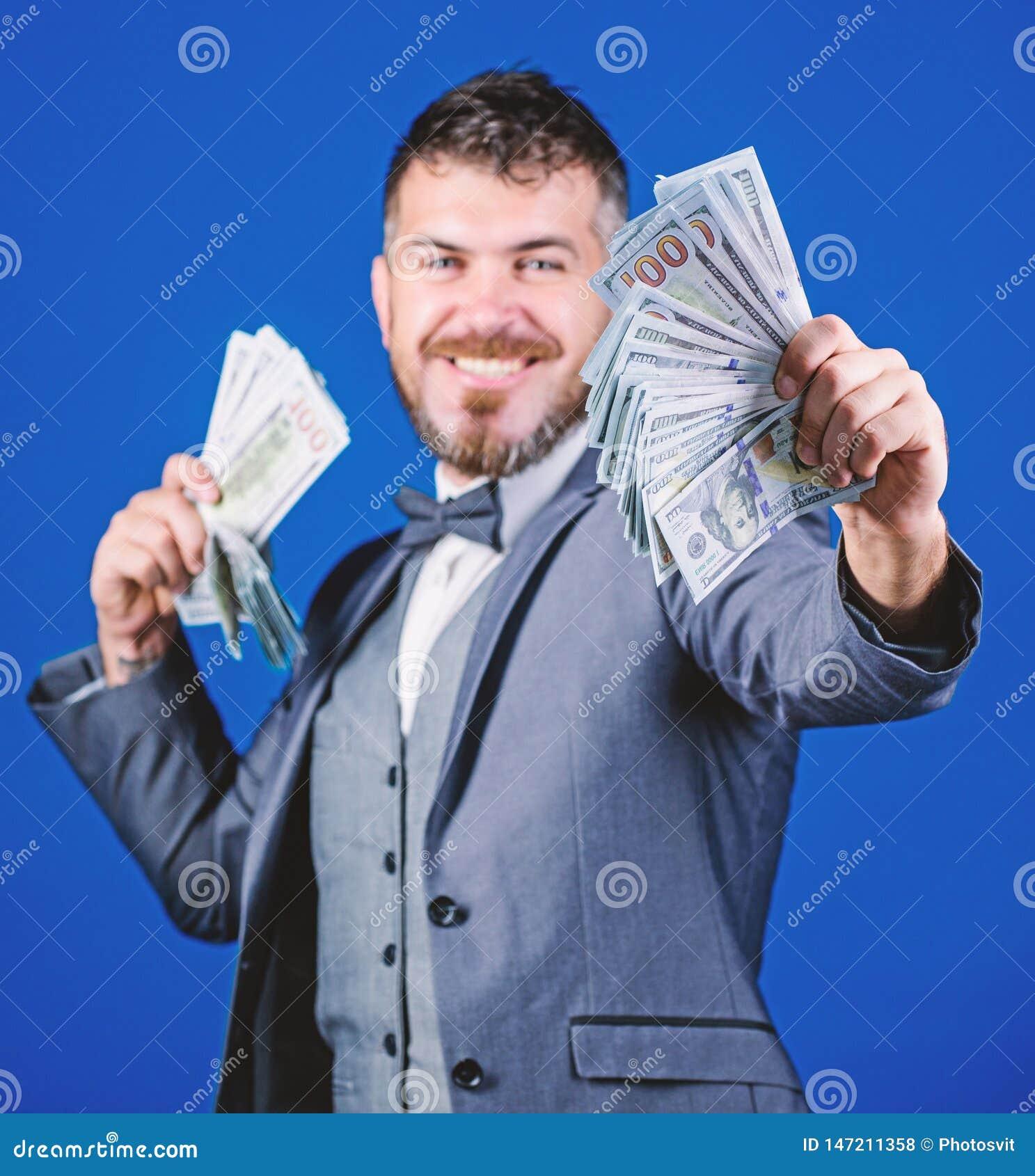 F? rikt snabbt Valutam?klare med packen av pengar Sk?ggig man som rymmer kassapengar Framst?llning av pengar med hans egna