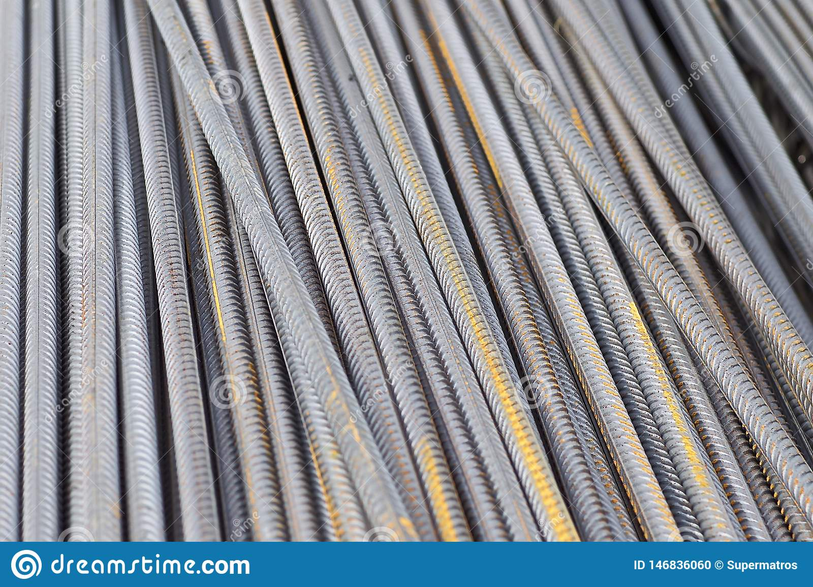 F?rst?rkningsst?nger med en periodisk profil i packarna lagras i lagret f?r metallprodukter