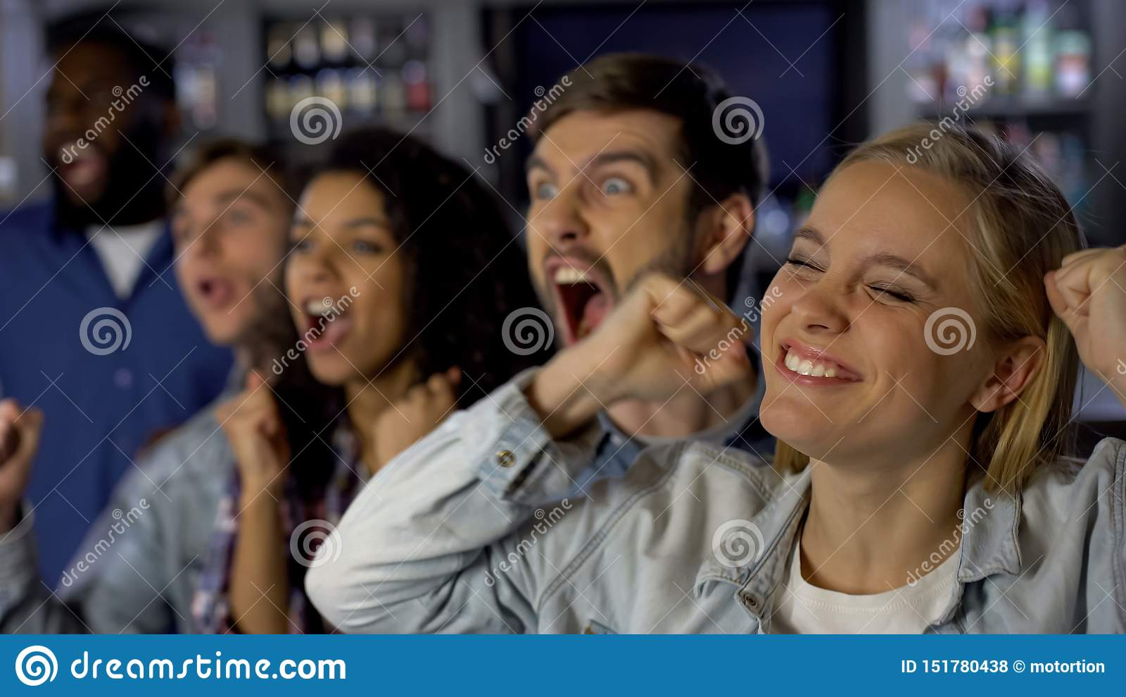 F?s entusi?sticos novos que apreciam o f?sforo, comemorando a vit?ria da equipe, realiza??o