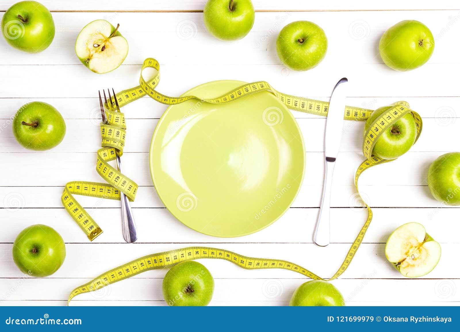 Faça dieta o ajuste da tabela do conceito com cutelaria, fita de medição amarela a