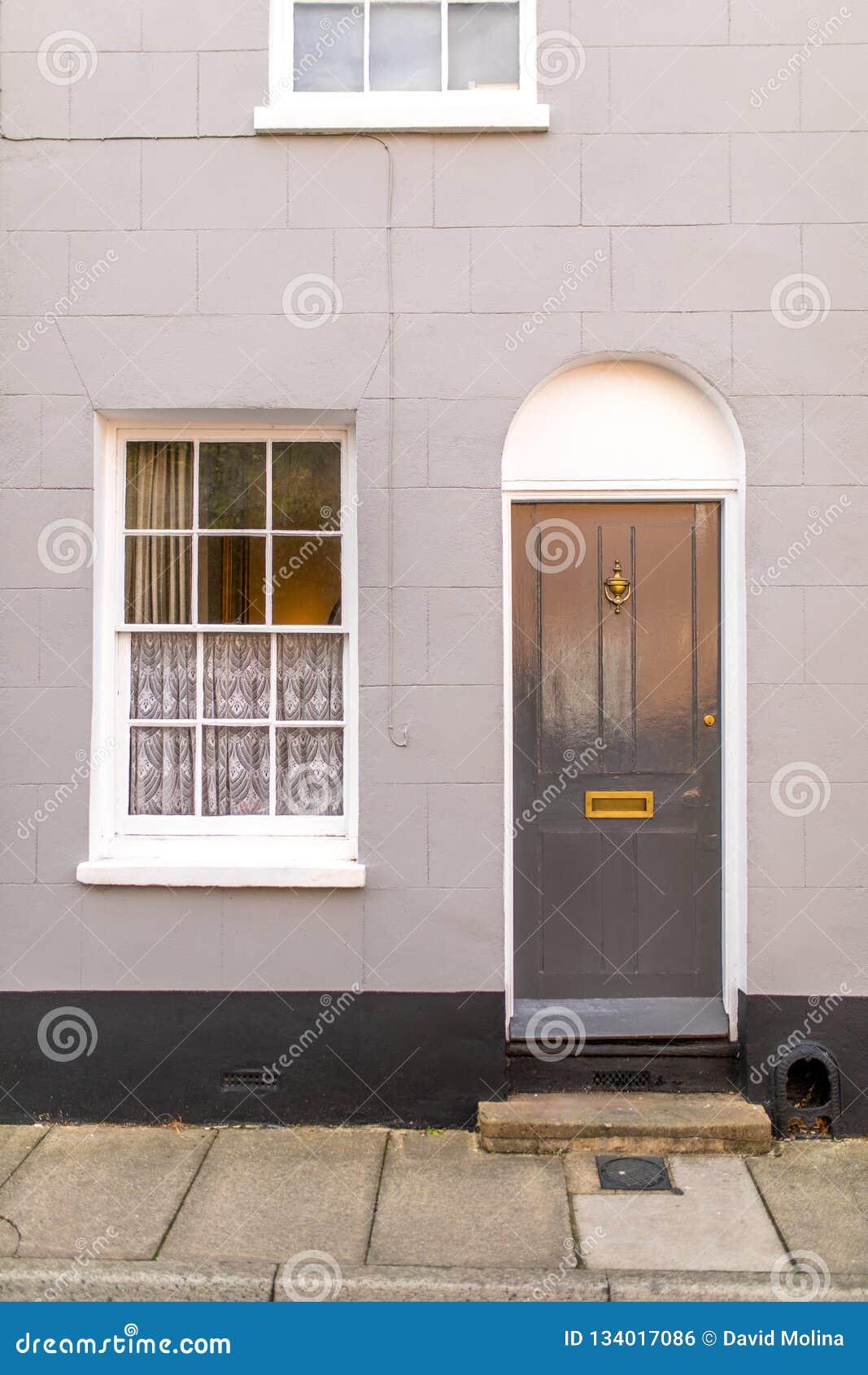 Façade Anglaise Classique De Maison Avec La Porte Et Fenêtre