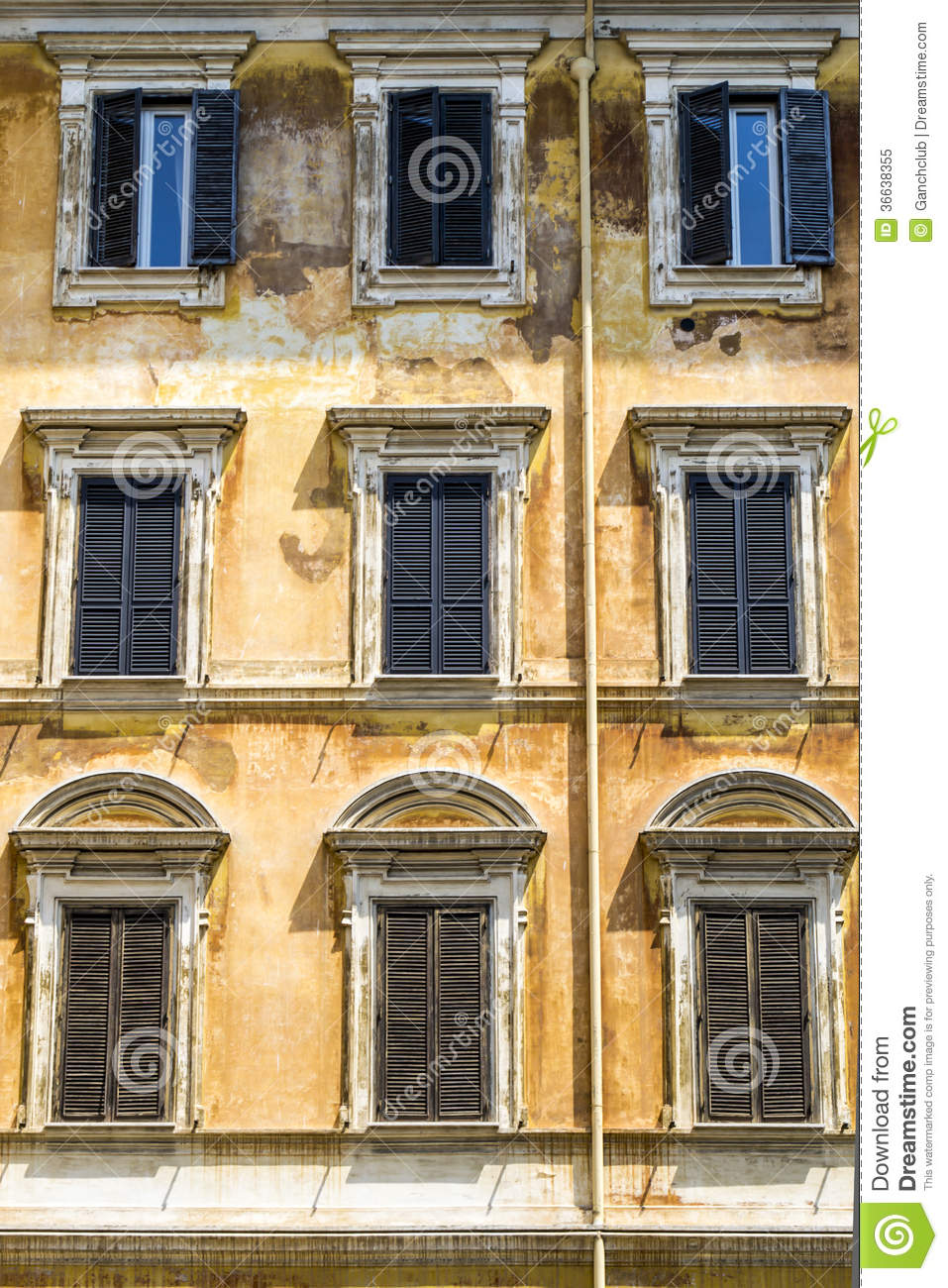 Fa ade antique de maison italienne photo libre de droits for Maison italienne architecture