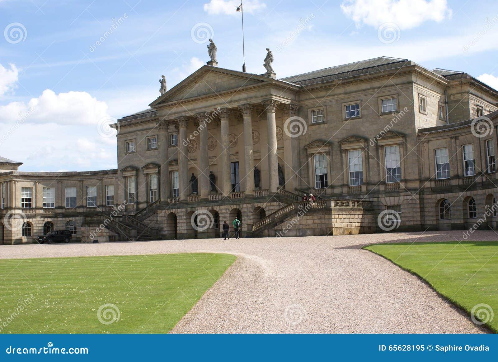 Façade décorative avec les statues, le fronton, les colonnes, et les escaliers