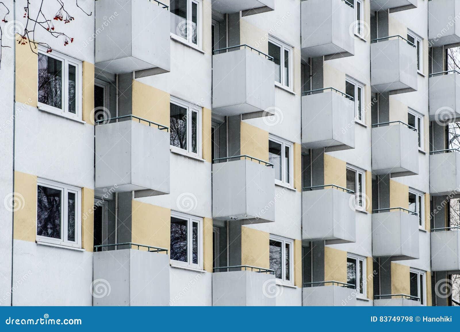 Fa ade de b timent fen tre et mod le de balcon photo stock image 83749798 - Modele fenetre maison ...