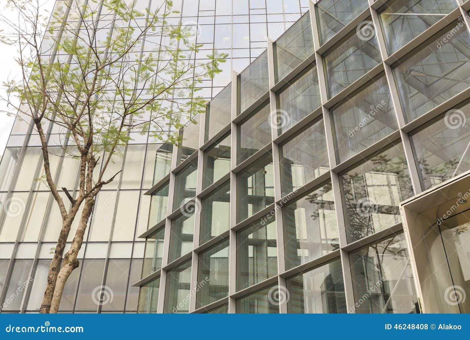Fa ade de l 39 immeuble de bureaux moderne avec le mur de for Facade immeuble moderne
