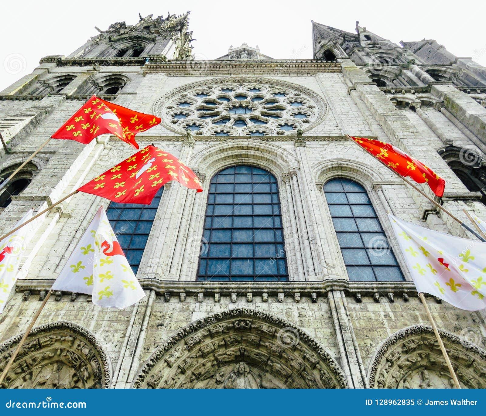 Façade de la cathédrale de Chartres avec des drapeaux