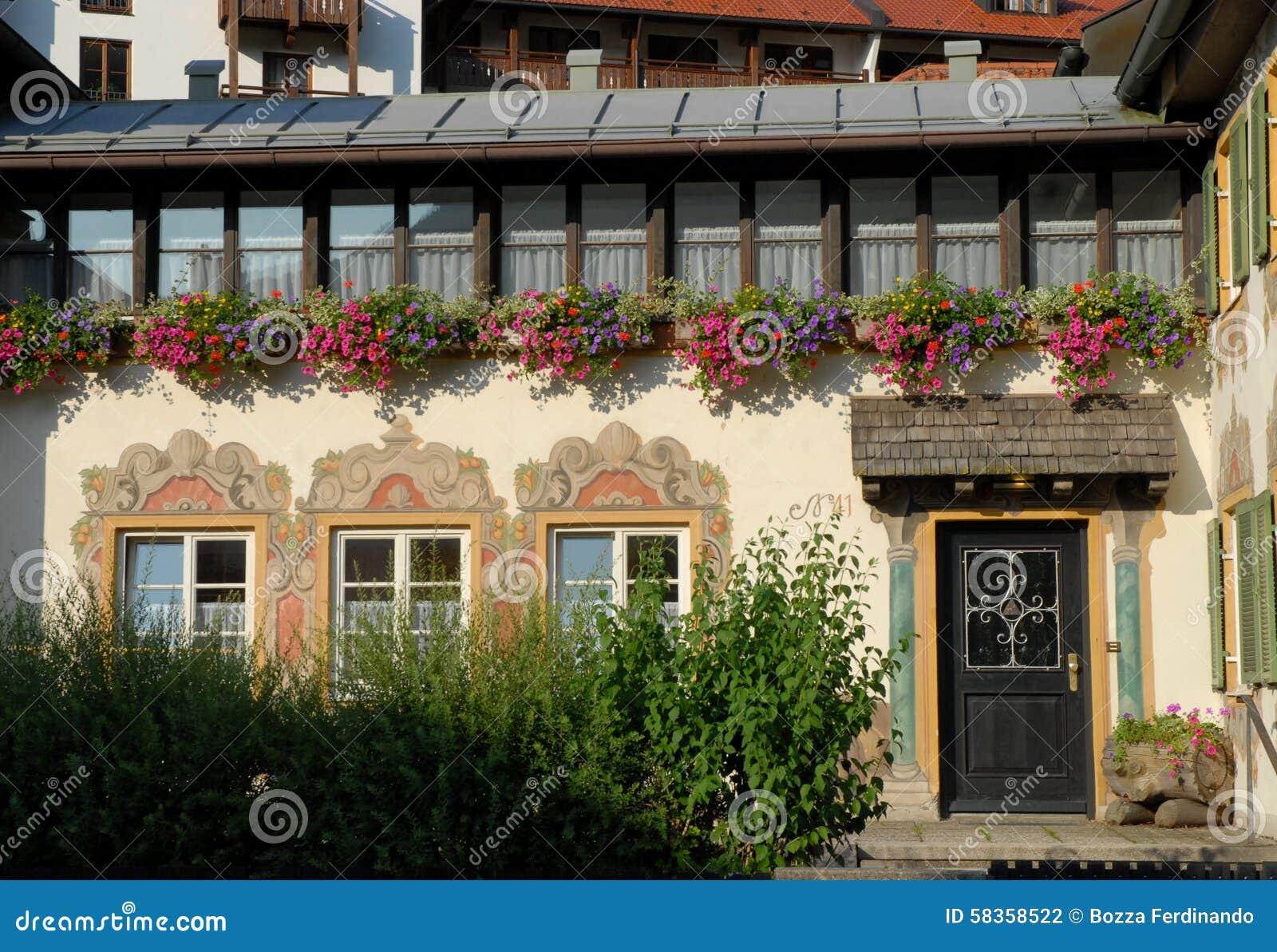 fa ade de la maison avec trois fen tres et une porte beaucoup de pots de fleur dans oberammergau. Black Bedroom Furniture Sets. Home Design Ideas