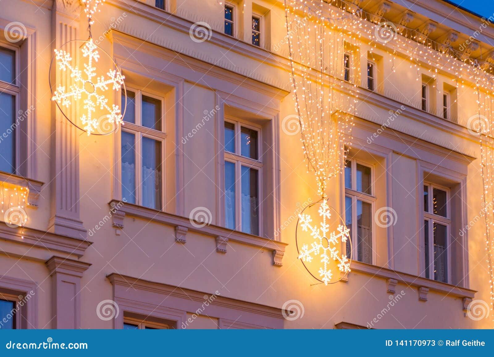 Façade de maison décorée par Noël avec le flocon de neige brillant