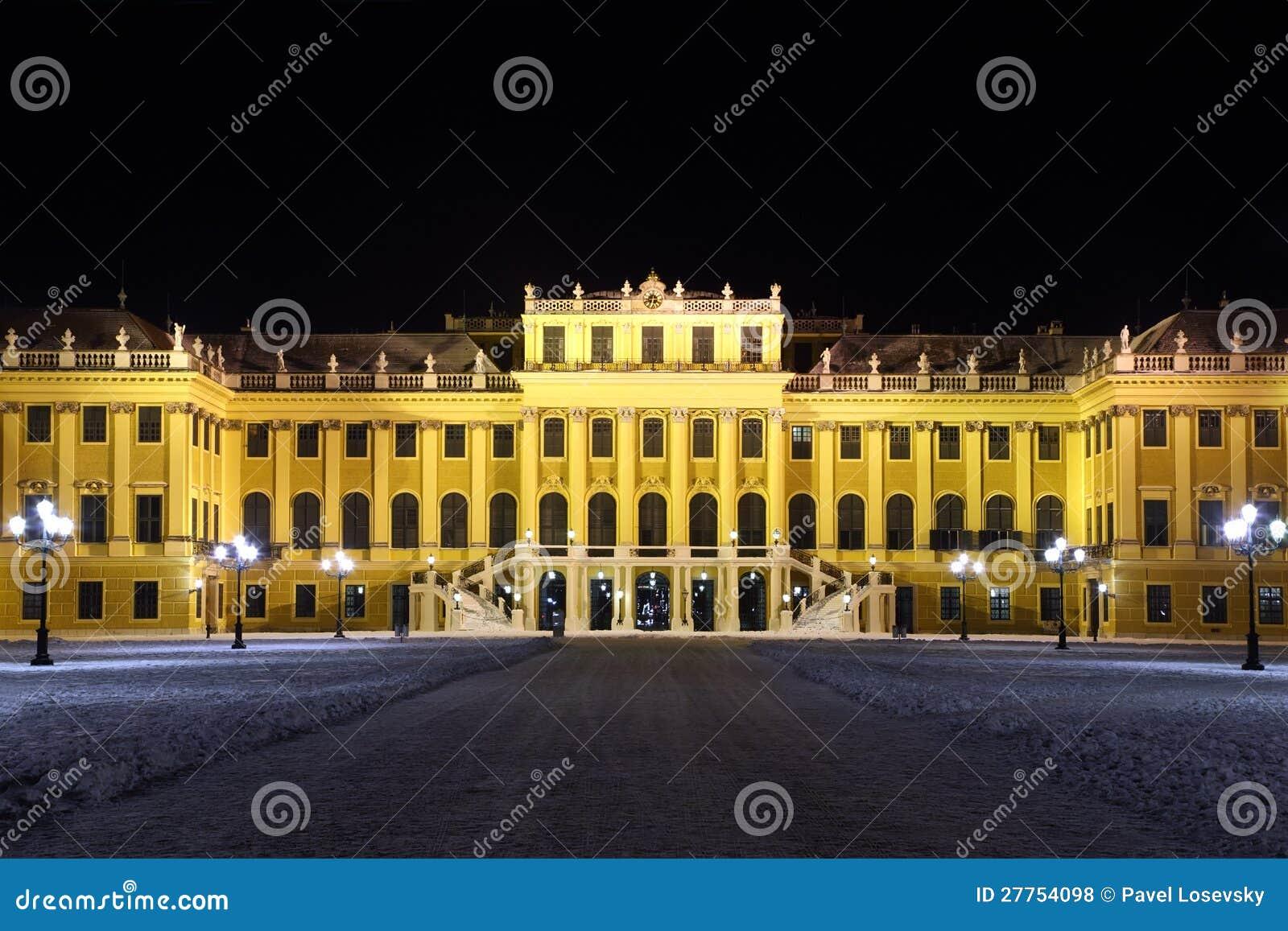 Façade de palais de Schonbrunn la nuit foncé hiver