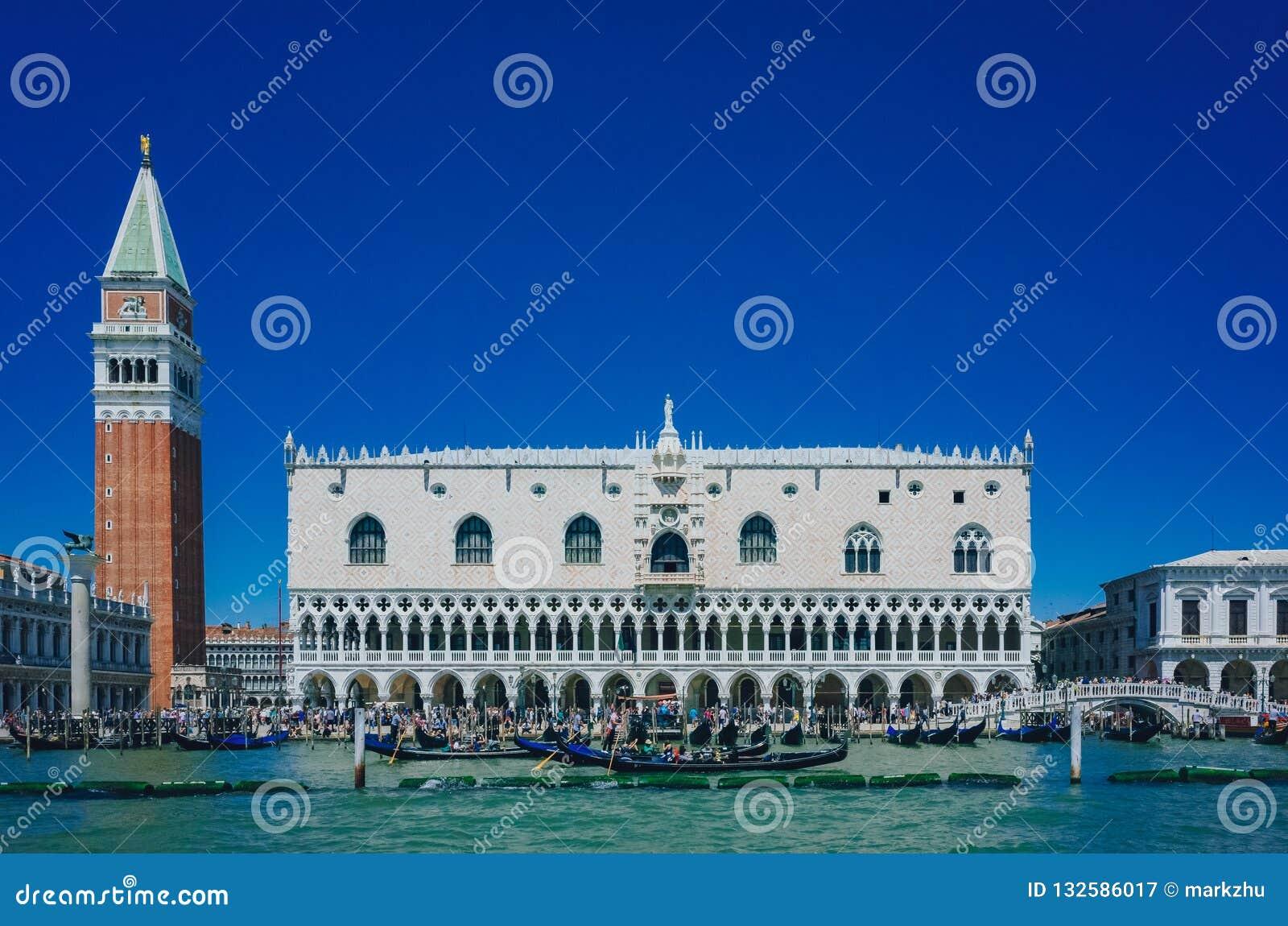 Façade de palais ducal, tour de Bell de St Mark au-dessus de l eau et gouvernement du Nigéria