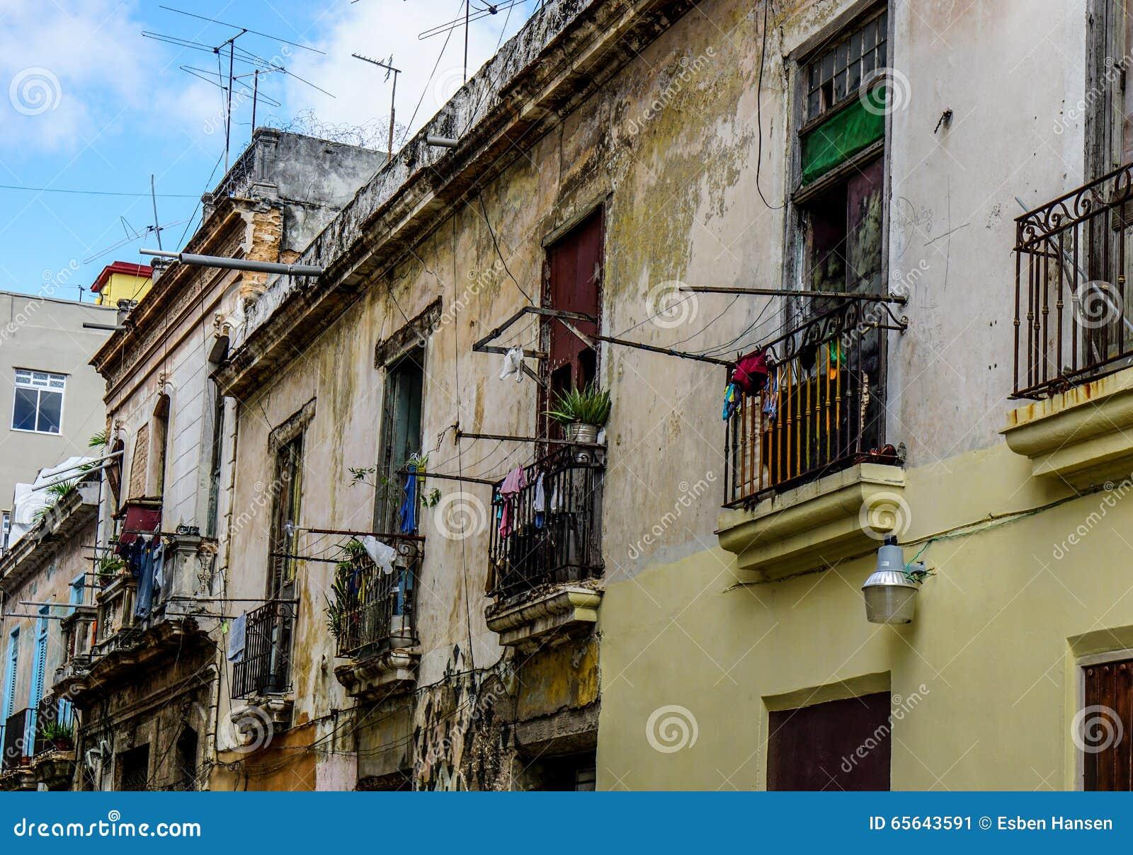 Façade de taudis avec des balcons