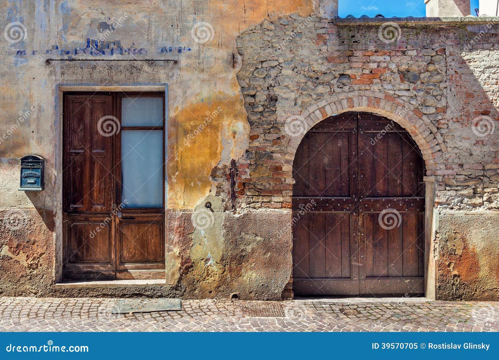 fa ade de vieille maison abandonn e en italie photo stock image 39570705. Black Bedroom Furniture Sets. Home Design Ideas