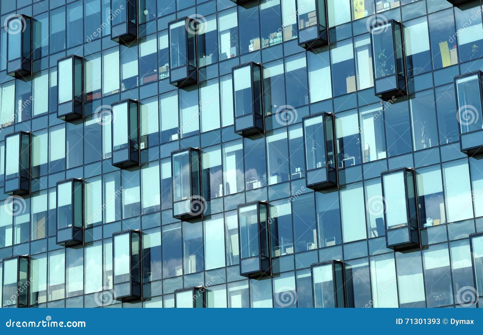 Fa ade de vue de face de bureaux de mur de verre moderne d for Facade immeuble moderne