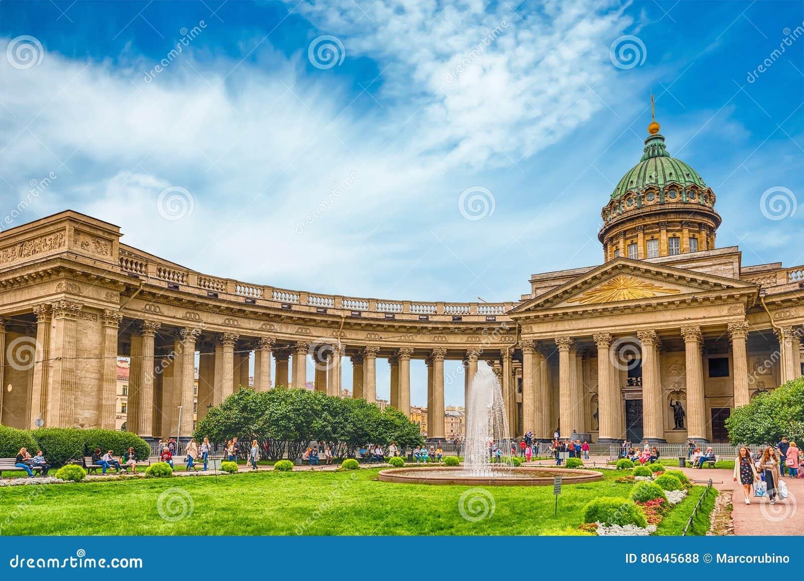 Façade et colonnade de cathédrale de Kazan à St Petersburg, Russi