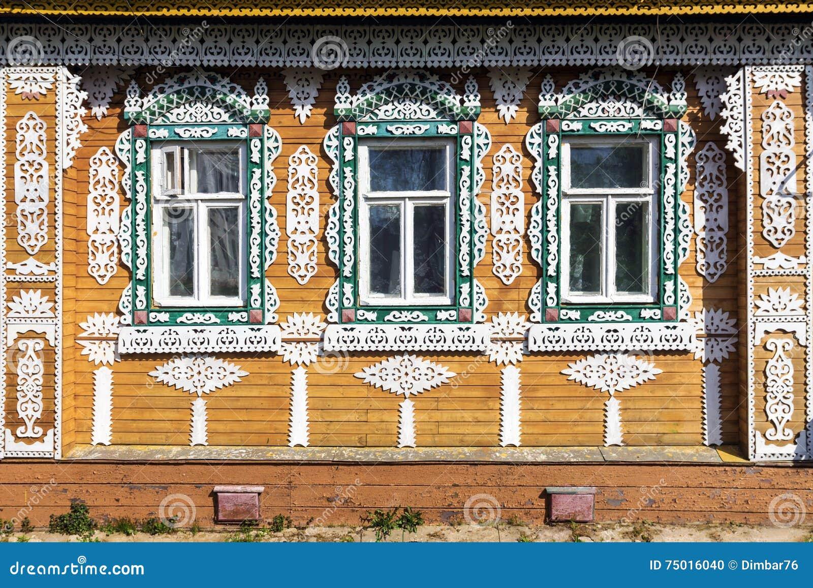 Fa ade fleurie de la maison en bois russe photo stock image du d coupage architecture 75016040 - Facade maison en bois ...