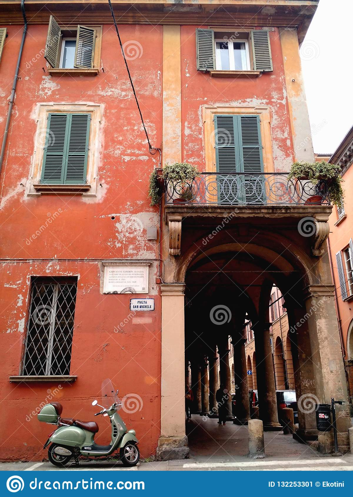 Façade ocre rouge et motocyclette garée, Bologna, Italie