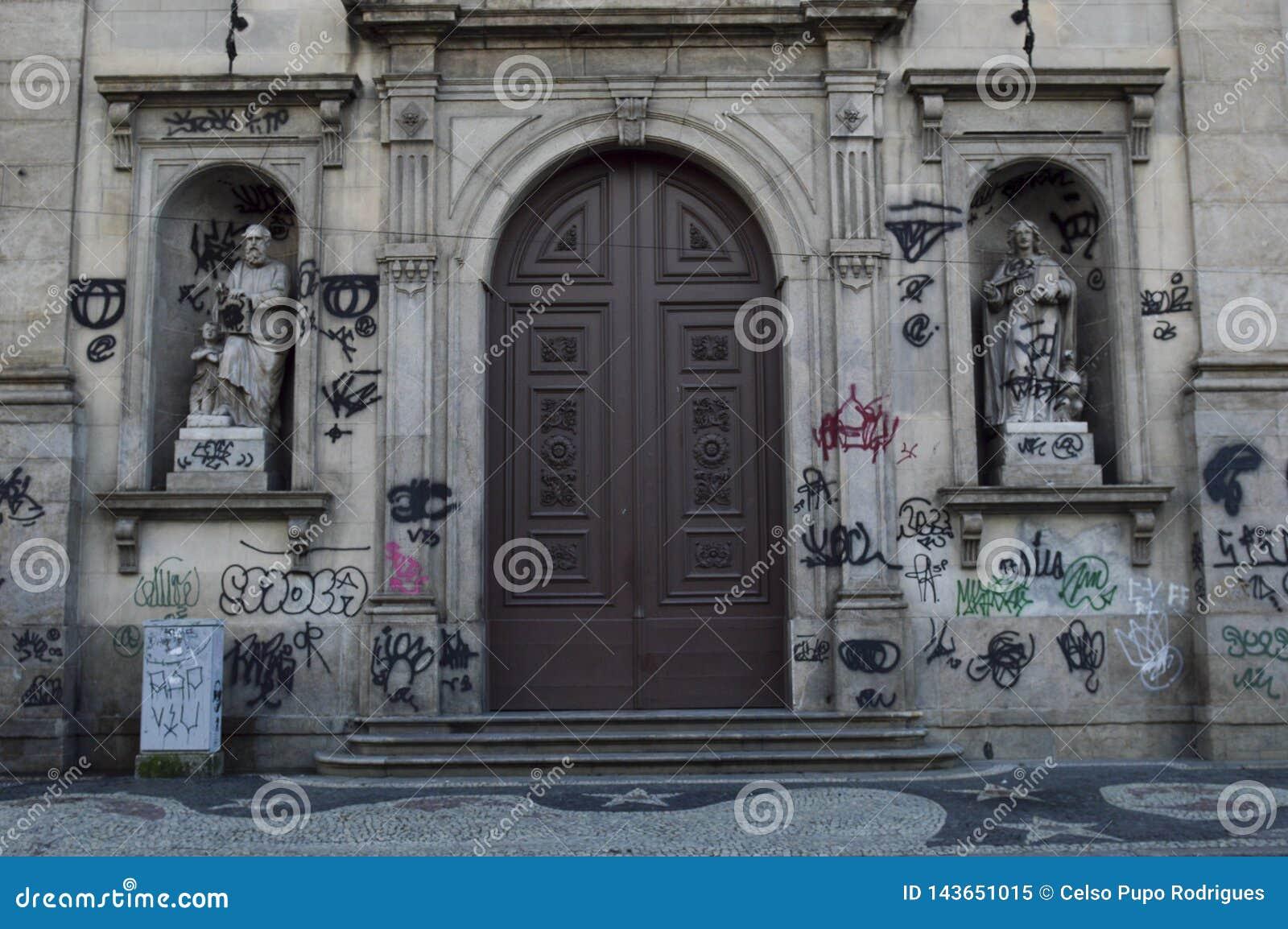 Façade sale d église avec le graffiti