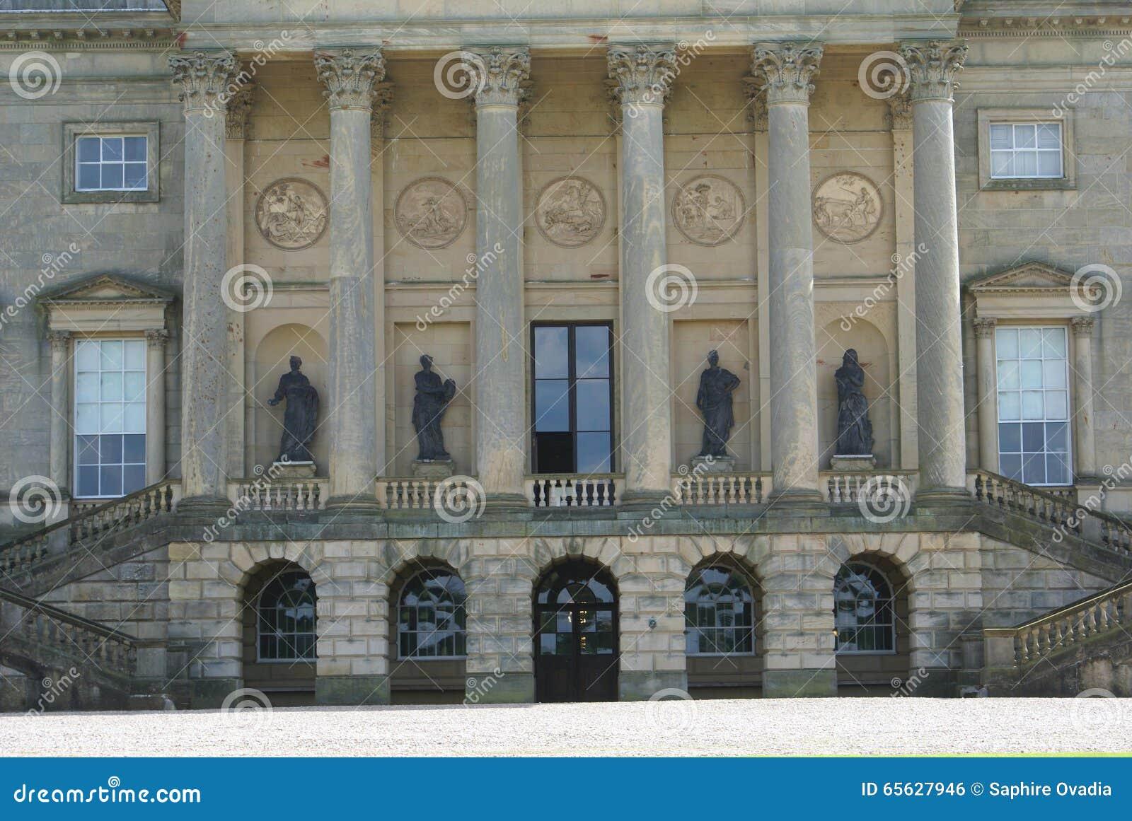 Façade sculptée fleurie avec des colonnes