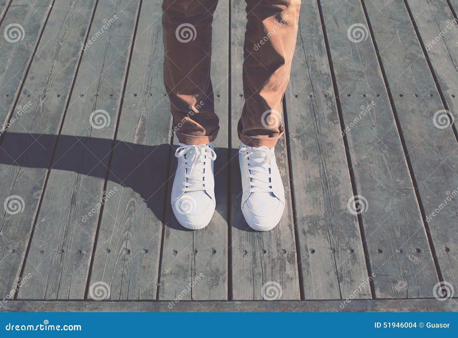 Façonnez à hippie l homme frais avec les espadrilles blanches, vintage mou modifié la tonalité