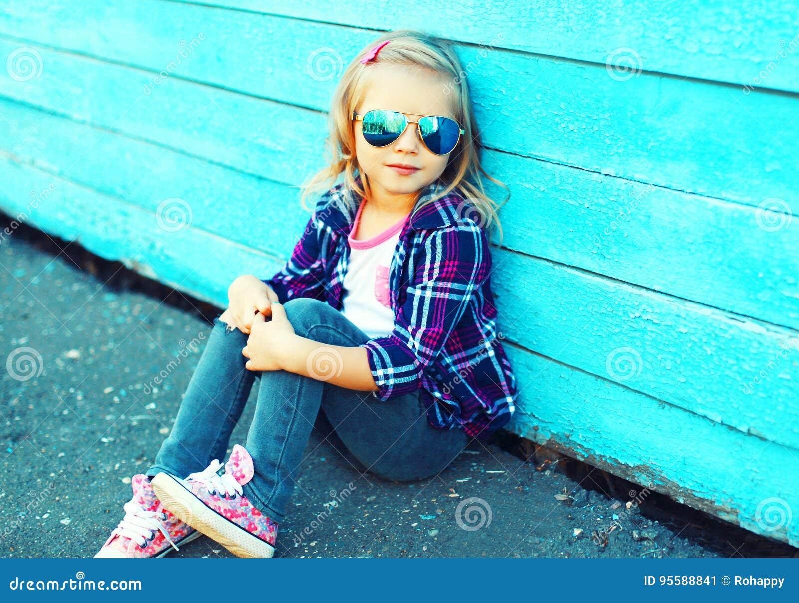f10177285c Façonnez à port d enfant de petite fille les lunettes de soleil et la  chemise à