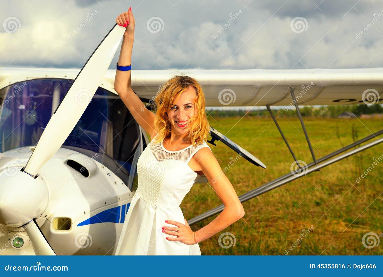 Façonnez la femme beautyful dans l avion ultra-léger voisin de robe blanche