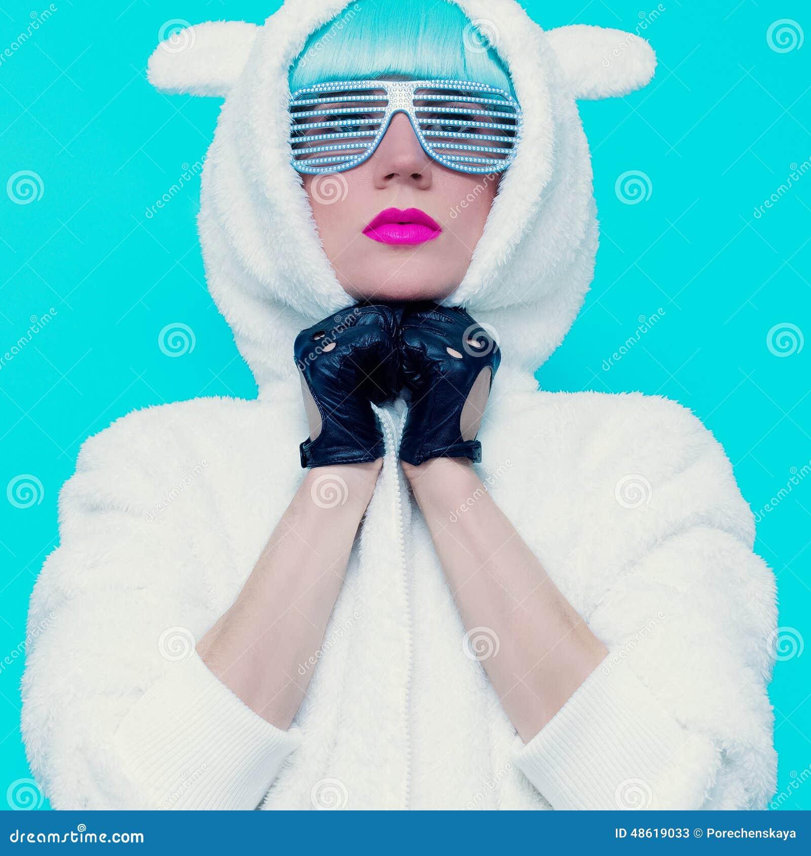 Façonnez la fille dans le hoodie Teddy Bear sur un fond bleu vanille