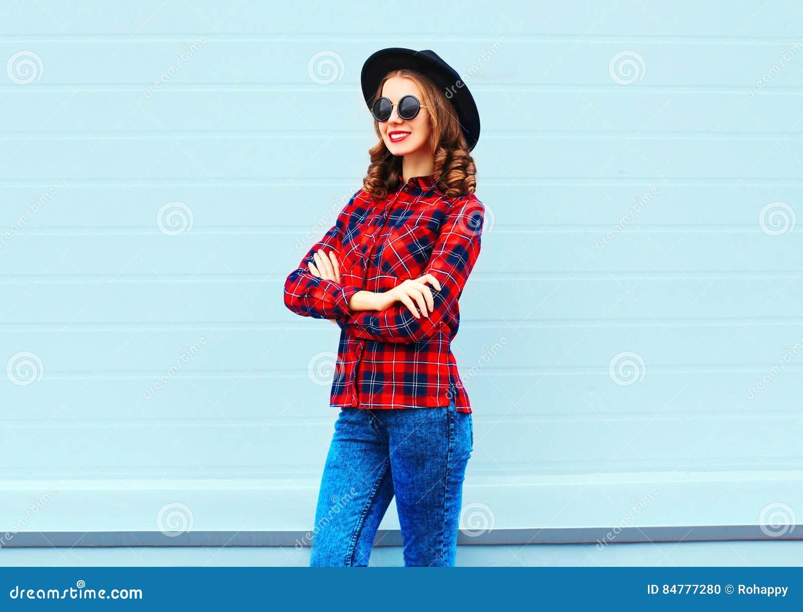 Faconnez La Jolie Jeune Femme Utilisant Le Chapeau Noir Chemise A