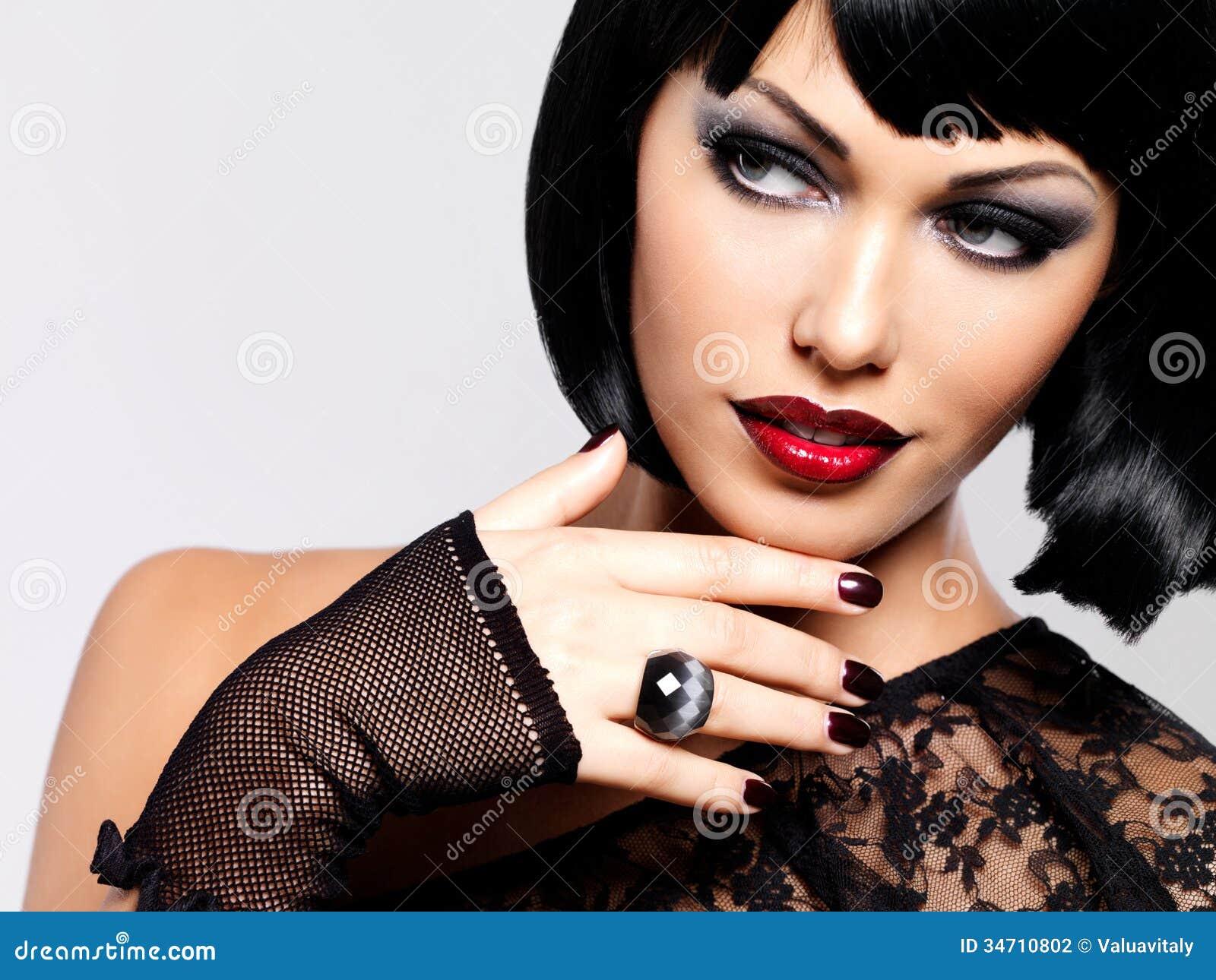 Façonnez la photo d une belle femme de brune avec la coiffure de tir.