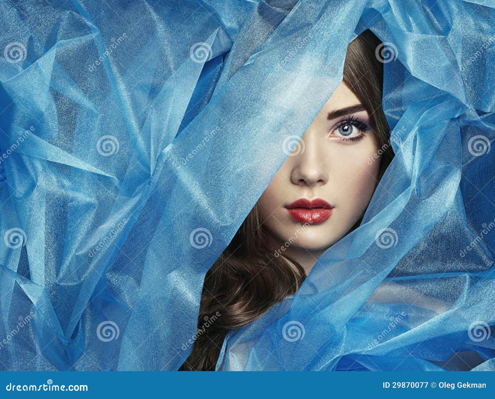 Façonnez la photo de belles femmes sous le voile bleu