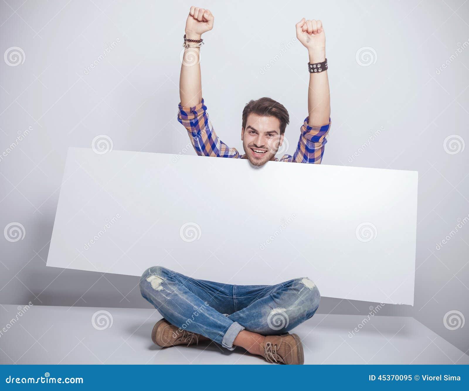 Façonnez la séance d homme tout en tenant un panneau d affichage vide