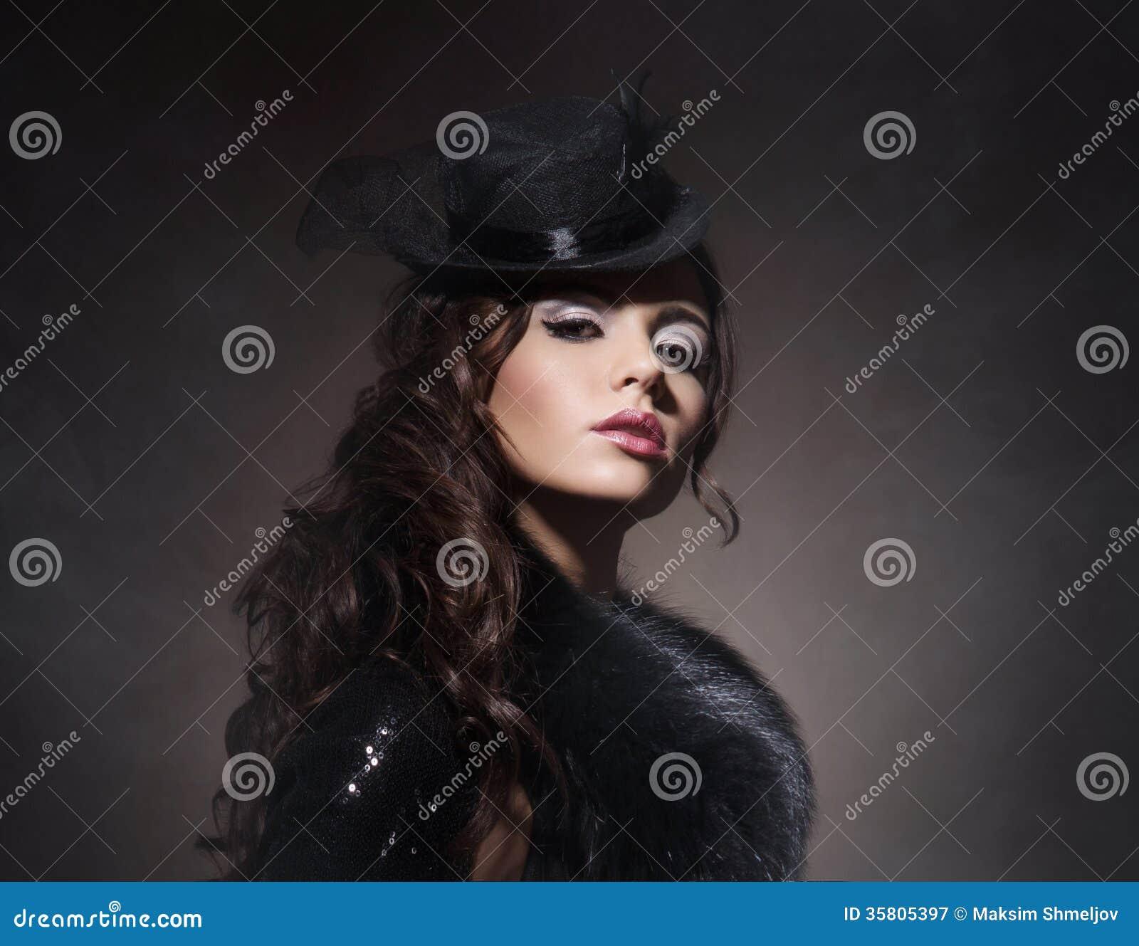 Façonnez le portrait d une femme de brune dans des vêtements noirs
