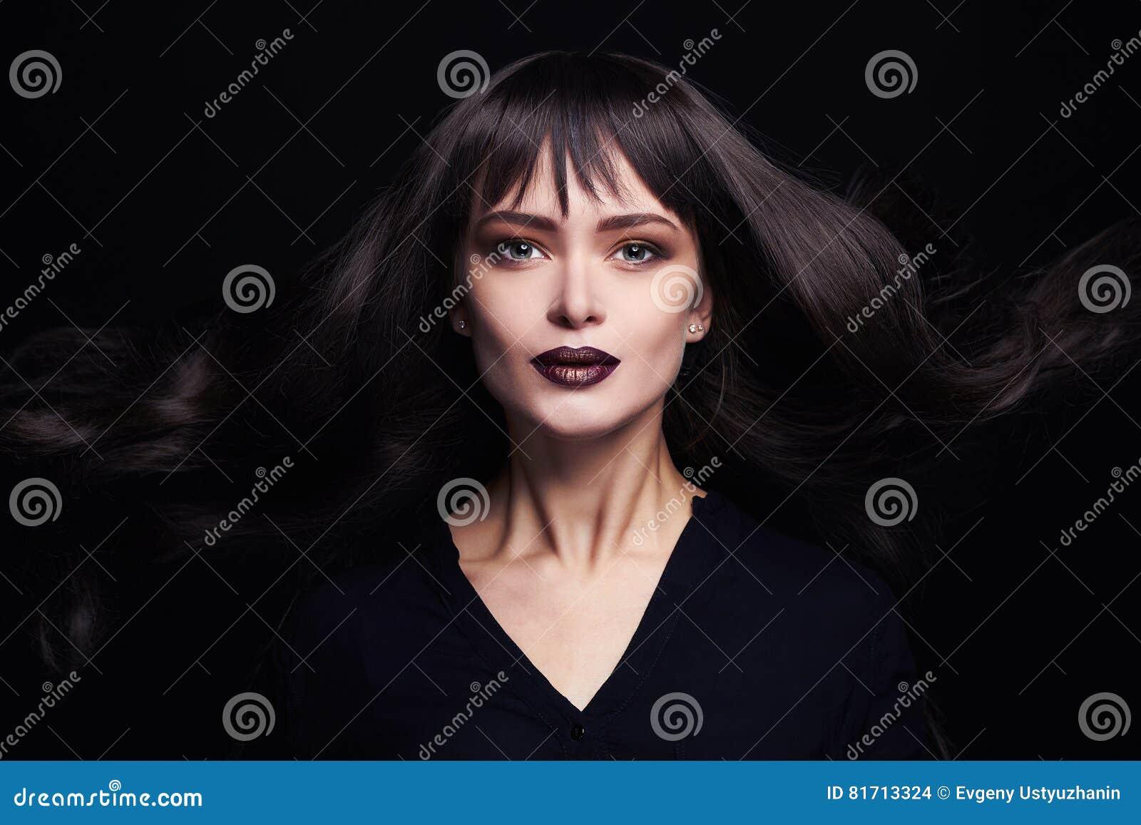 Façonnez le portrait de la belle jeune femme avec de longs cheveux sains Fille sexy