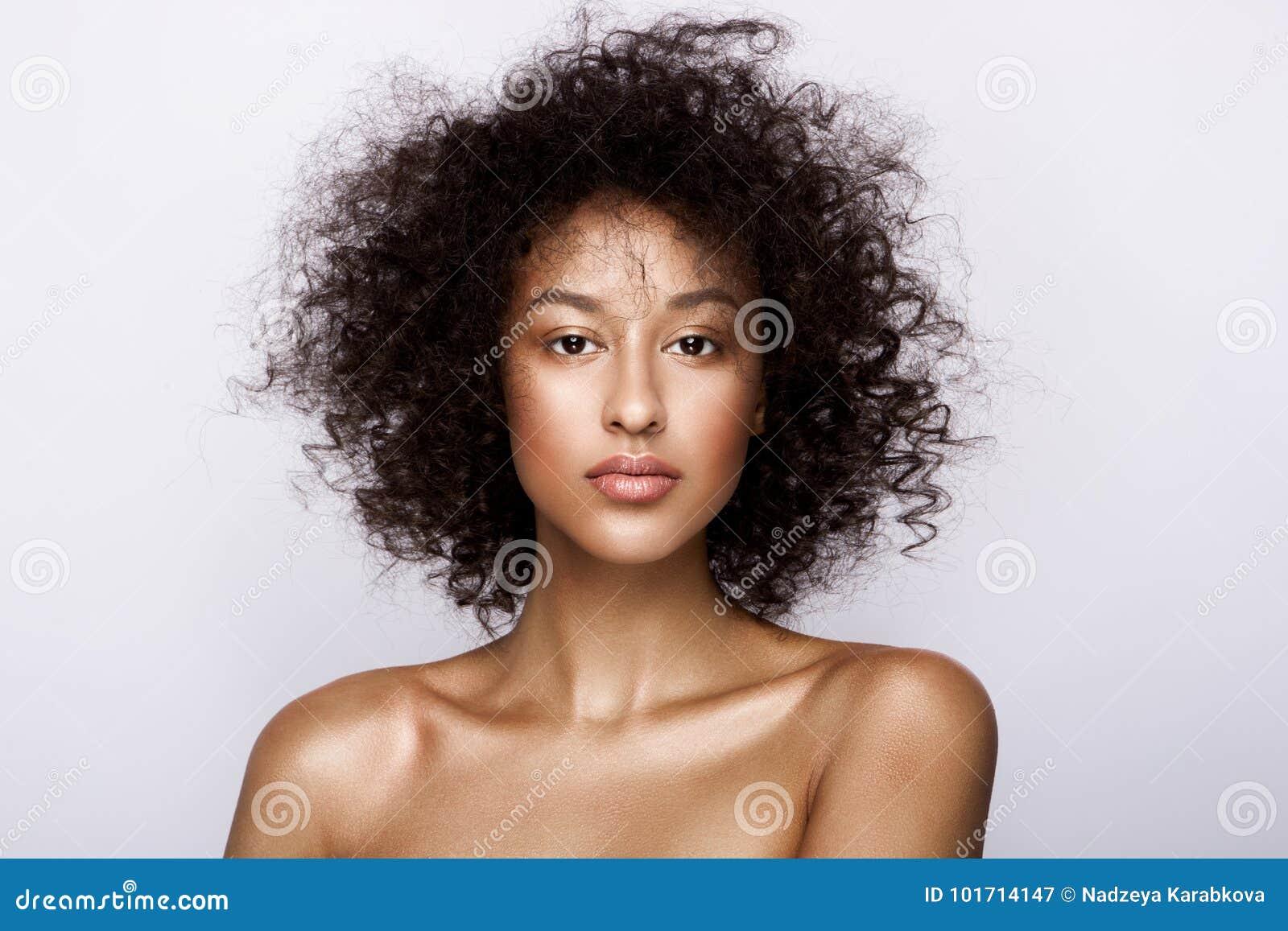 Façonnez le portrait de studio de la belle femme d afro-américain avec la peau rougeoyante lisse parfaite de mulâtre, composez