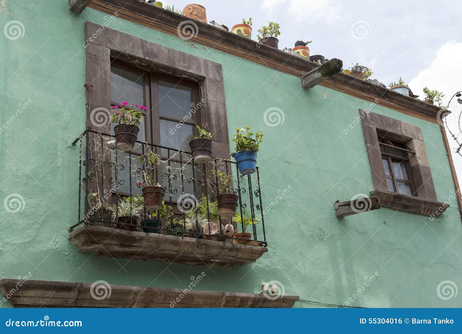 Fa ade mexicaine de maison avec le plan rapproch de for Facade maison avec balcon
