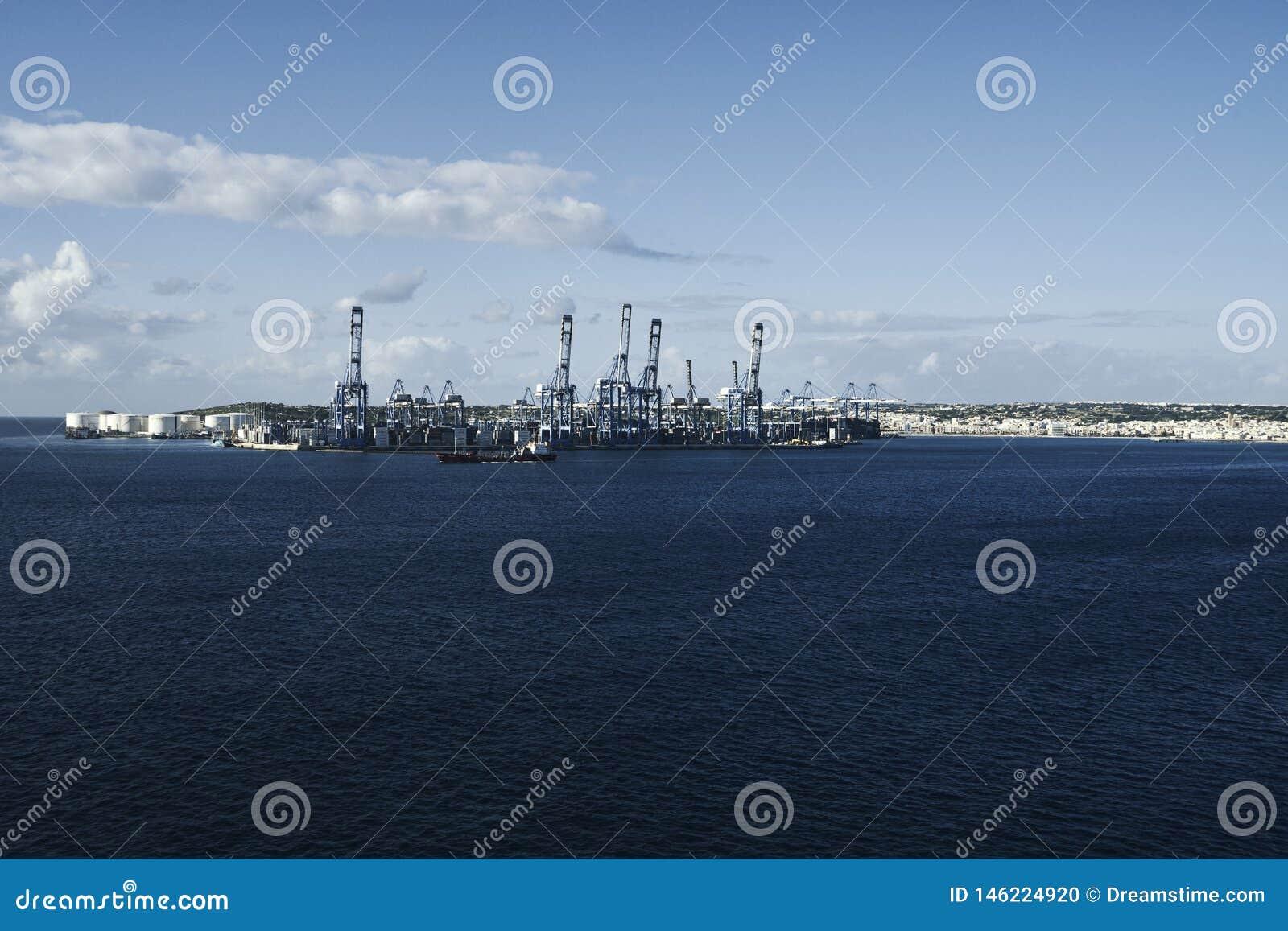 Fabbrica al mare blu