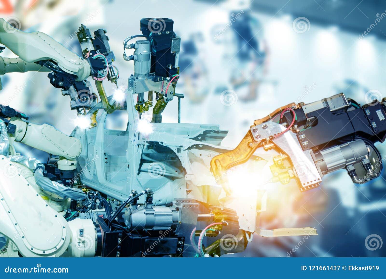 Fabbrica astuta di Iot, industria 4 0 concetti di tecnologia, braccio del robot nel fondo della fabbrica di automazione con luce