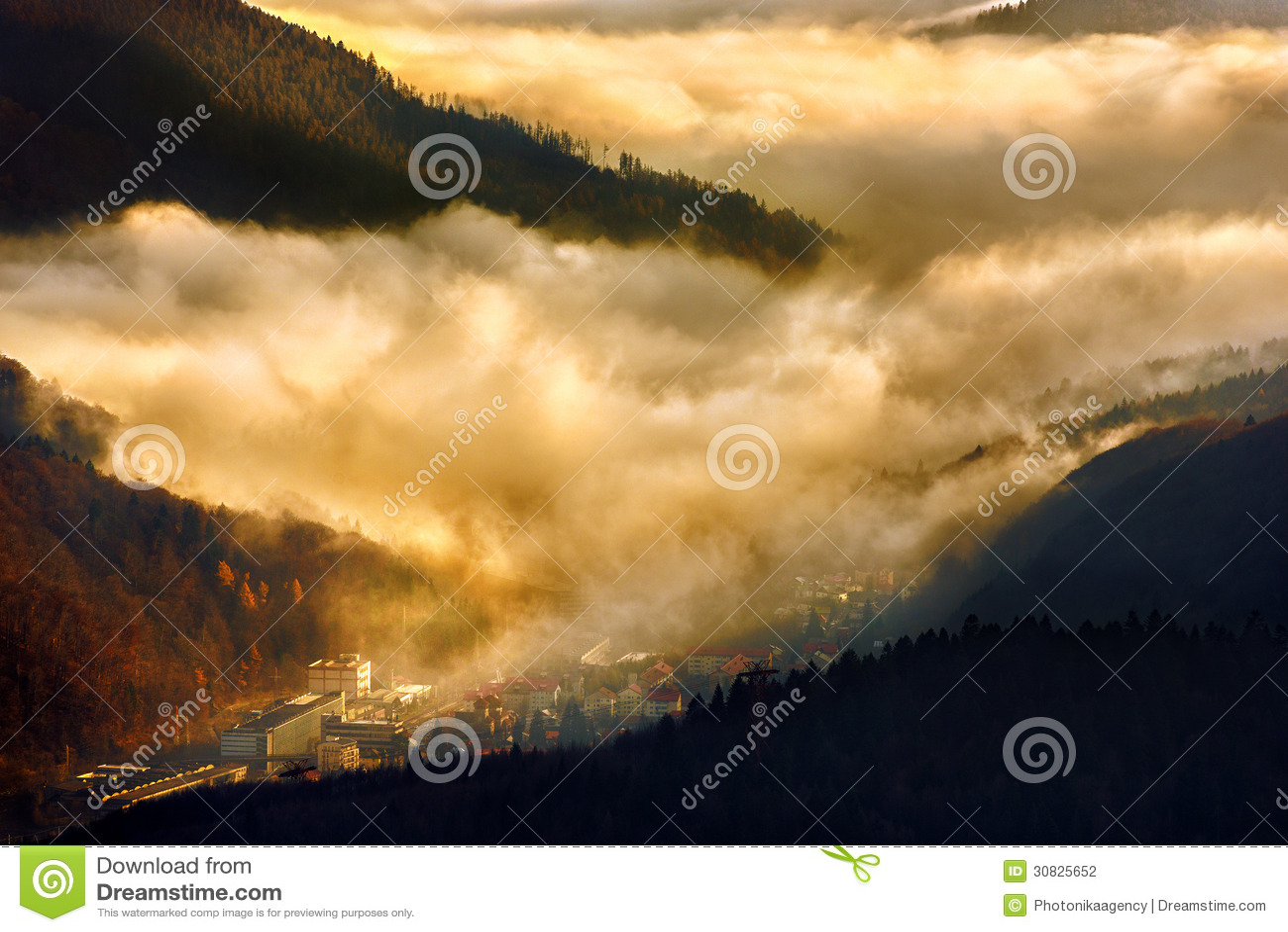 Fabbrica industriale al tramonto sotto le nuvole