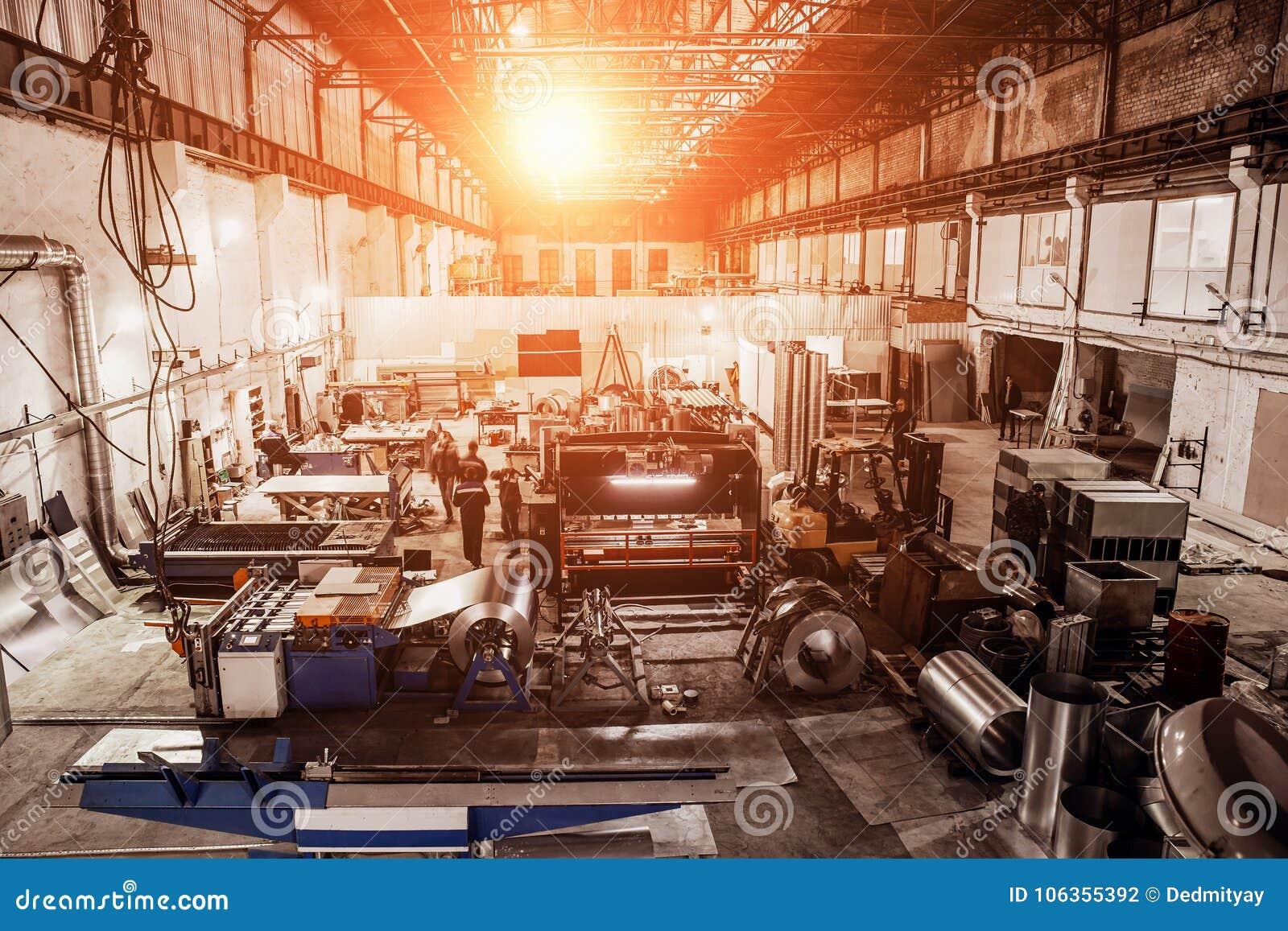 Fabbrica industriale con gli strumenti dell attrezzatura in grande officina o magazzino, fondo industriale