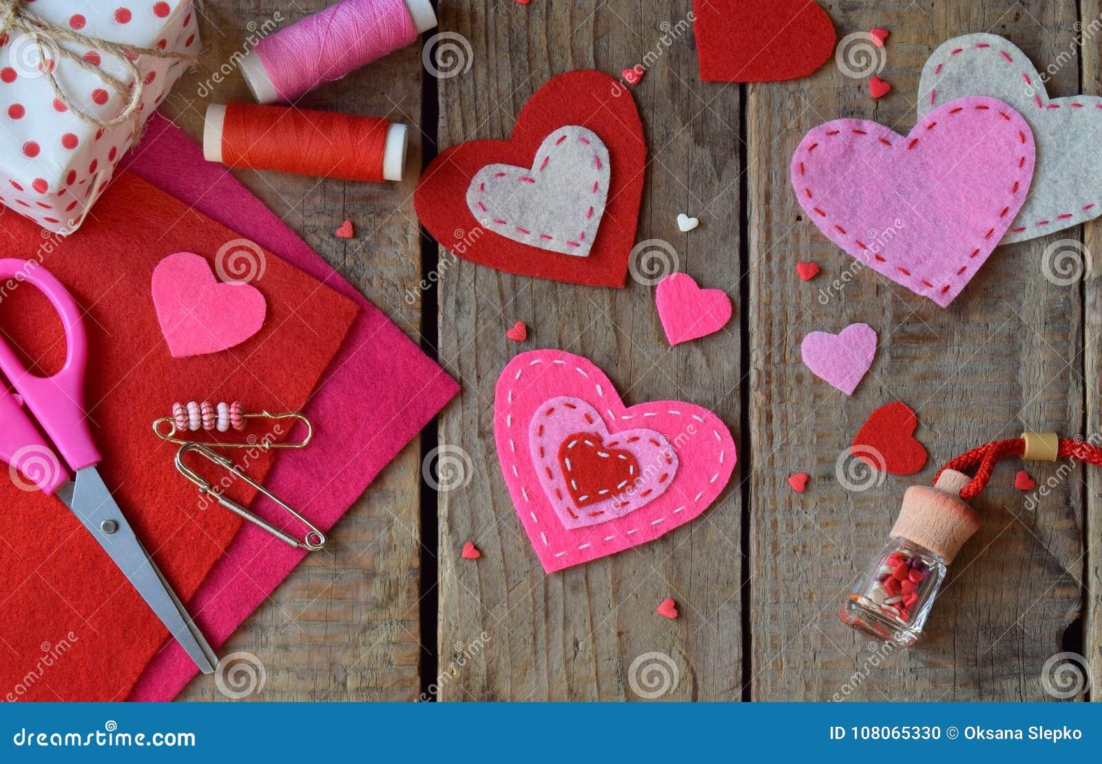 Fabbricazione i cuori rosa e rossi del feltro con le vostre proprie mani Fondo di giorno del ` s del biglietto di S Regalo che fa
