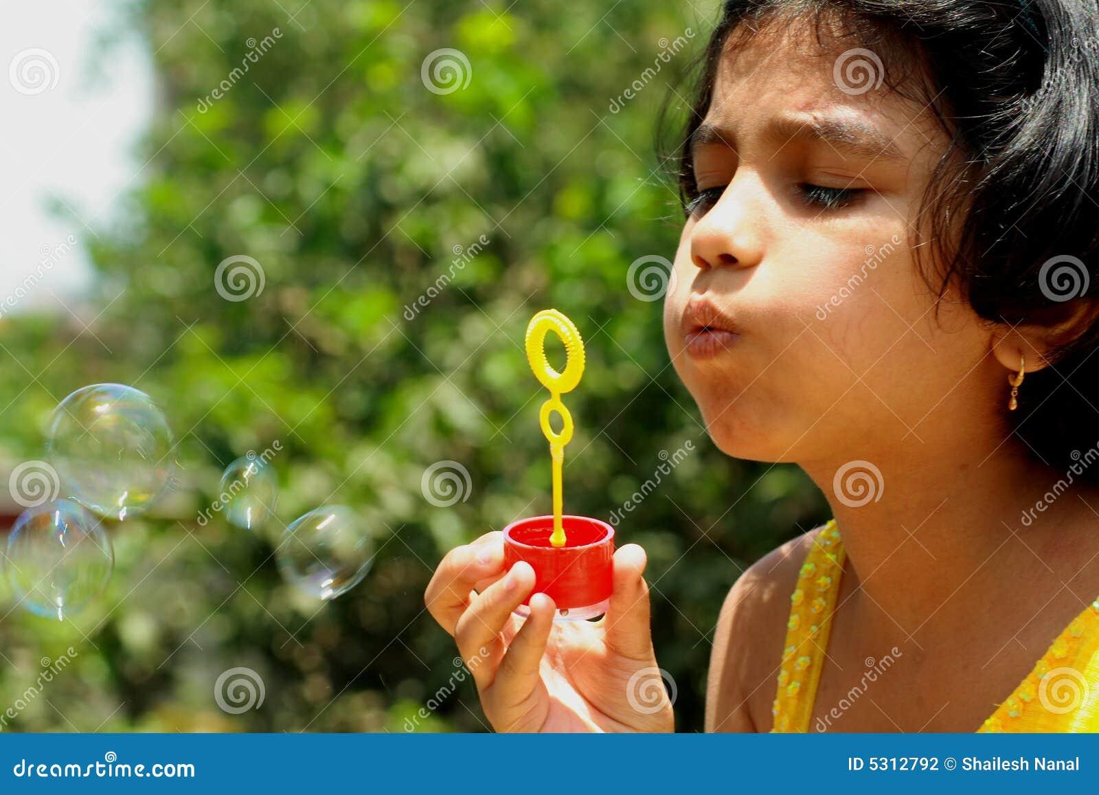 Download Fabbricazione Nizza Delle Bolle Fotografia Stock - Immagine di giovane, divertimento: 5312792