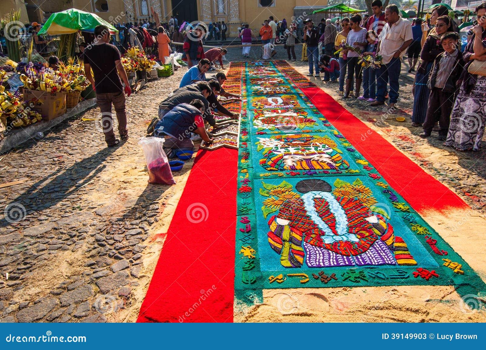 Fabricaci n de una alfombra de la semana santa antigua for Imagenes de alfombras
