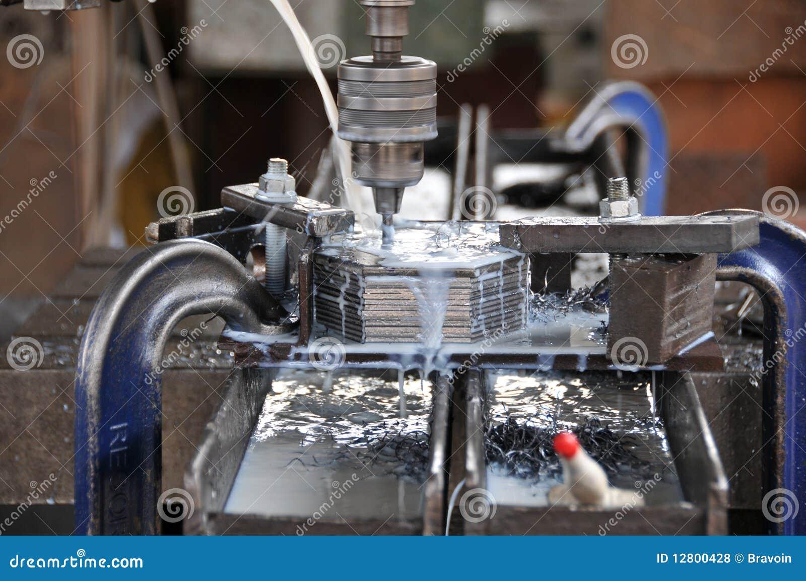 Fabricación del agujero en las placas de metal