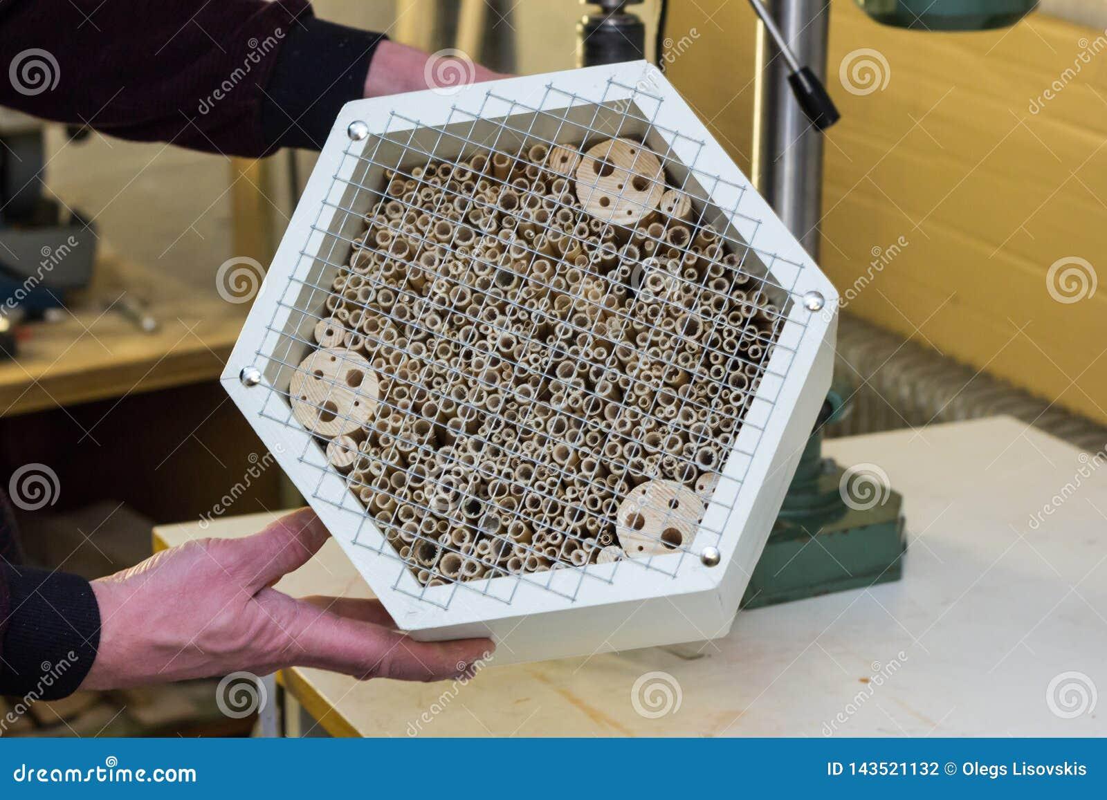 Hotel A Insecte Fabrication fabrication d'un hôtel d'insecte photo stock - image du