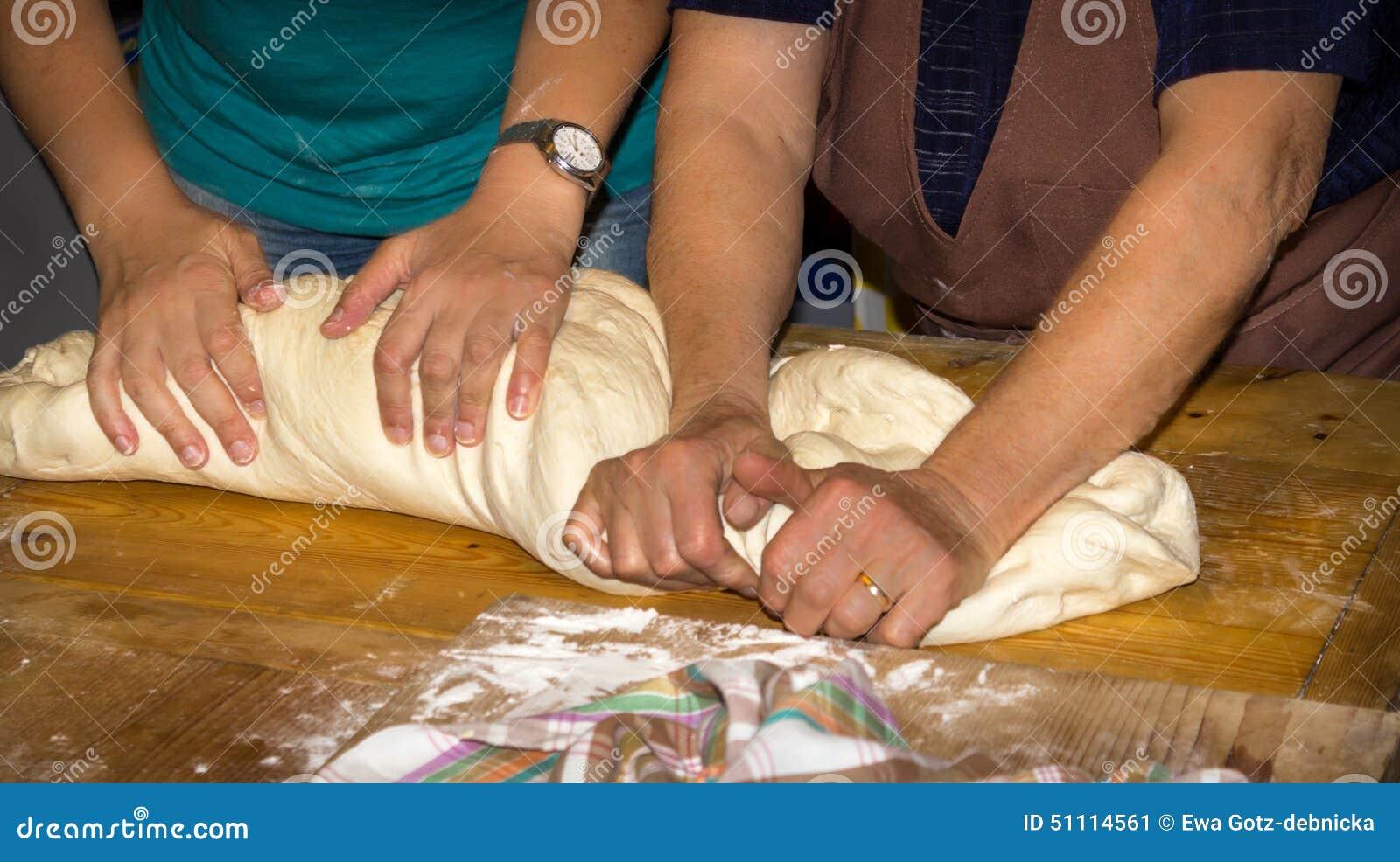 Fabrication de la pâte pour le pain traditionnel par la mère et la fille
