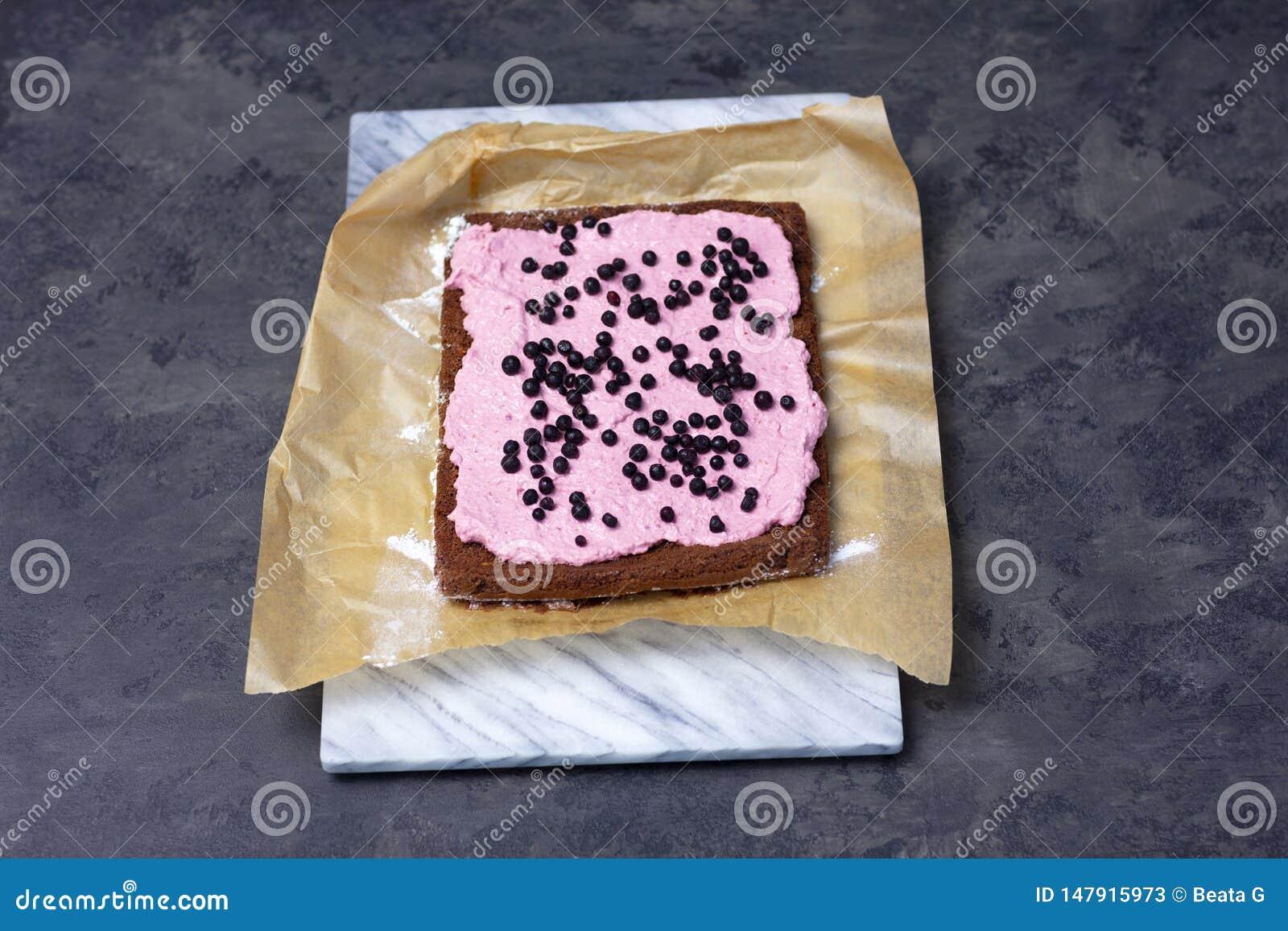 Fabrication de la roulade de gâteau mousseline avec la mousse de baie