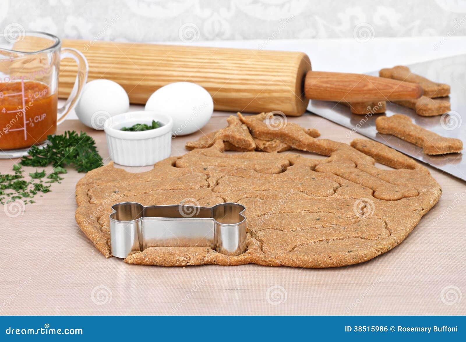fabrication des biscuits de chien faits maison de potiron photo stock image du baking oeufs. Black Bedroom Furniture Sets. Home Design Ideas