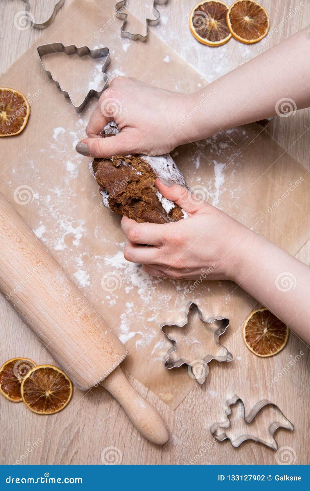 Fabrication des biscuits de pain d épice de Noël, biscuit coupant et roulement