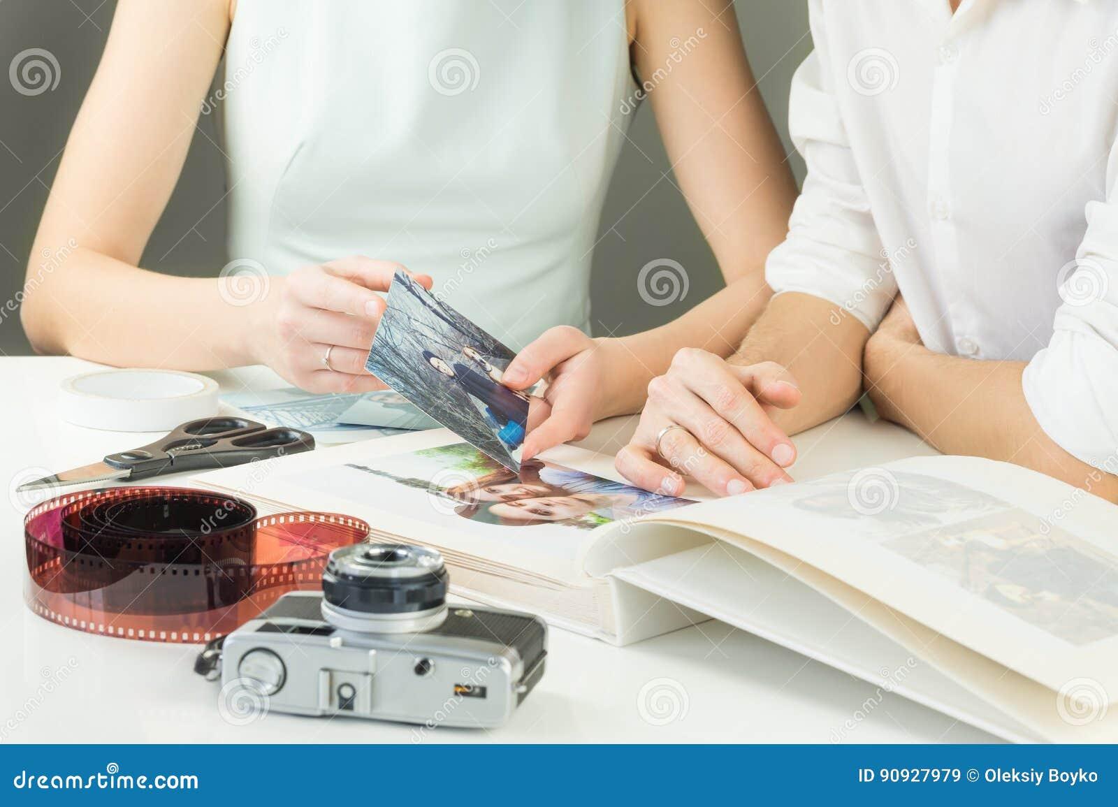 Fabrication du jeune album photos de famille