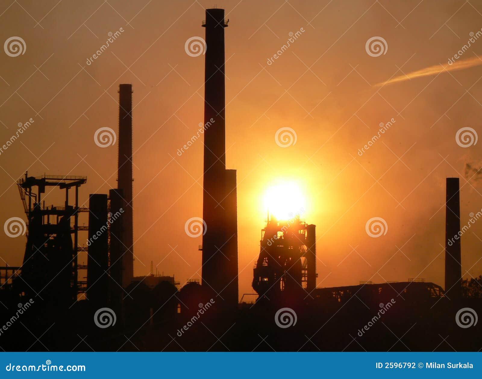 Fabriek bij zonsondergang